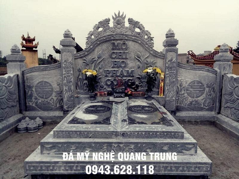 Khu lang mo da dep Quang Trung với ngôi mộ đôi đặt chính diện của khu lăng mộ đá, ngôi mộ được thiết kế tam cấp, từ các phiến đá vuông vắn xếp tầng lên nhau, đây là một trong những mẫu thiết kế đơn giản, hiện đại
