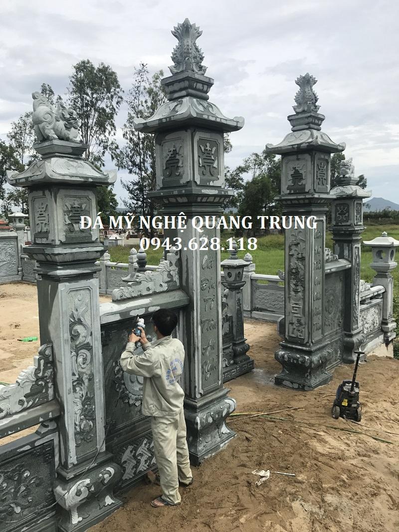 Cột cổng đá xanh rêu với cuốn thư đá bên trong