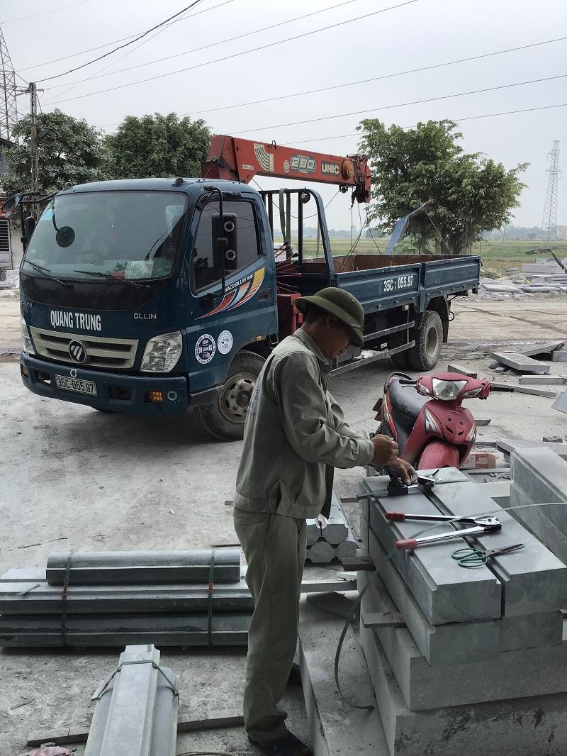 Xe cẩu đá chuẩn bị lên đường lắp đặt khu lăng mộ tại Nghệ An