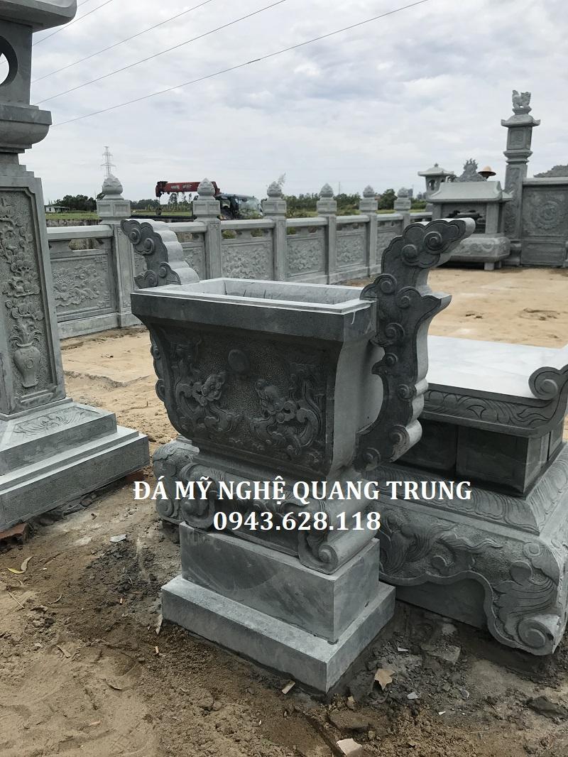 Lư hương đá xanh rêu và Bàn lễ đá tại khu lăng mộ bằng đá xanh rêu