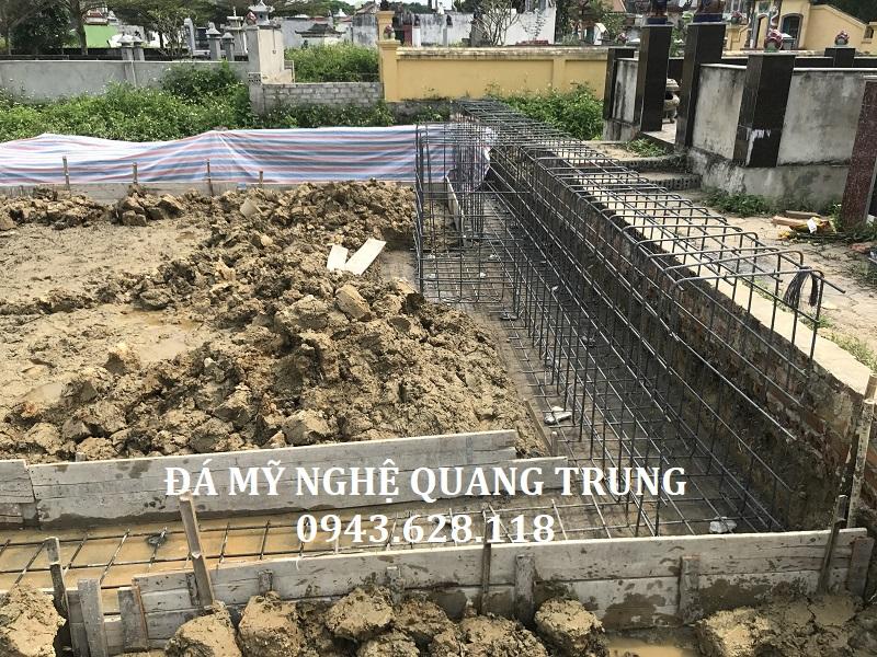 Hình ảnh thi công Móng, dầm của Khu lăng mộ đá xanh rêu. Móng của khu lăng mộ được làm rất chắc chắn, được nạo vét và múc sâu 1m so với mặt. Sau đó chân móng được đóng cọc tre, đan sắt rồi đổ bê tông rất vững chắc.