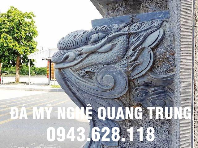 Khắc rồng nổi ở chân cột đá của cổng làng