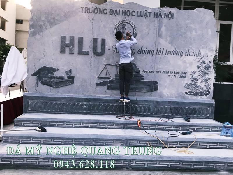 Nghe nhan Quang Trung dang got giua lai Logo cua Nha Truong