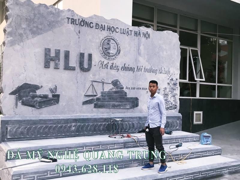 Nghe nhan tre Quang Trung rat hao hung voi cong trinh Bia da tu nhien Truong Dai Hoc Luat Ha Noi