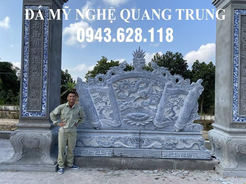 Nghệ nhân Quang Trung với sản phẩm Cuốn thư đá Lưỡng Long Trầu Nguyệt của mình chup anh ben Cuon thu da DEP