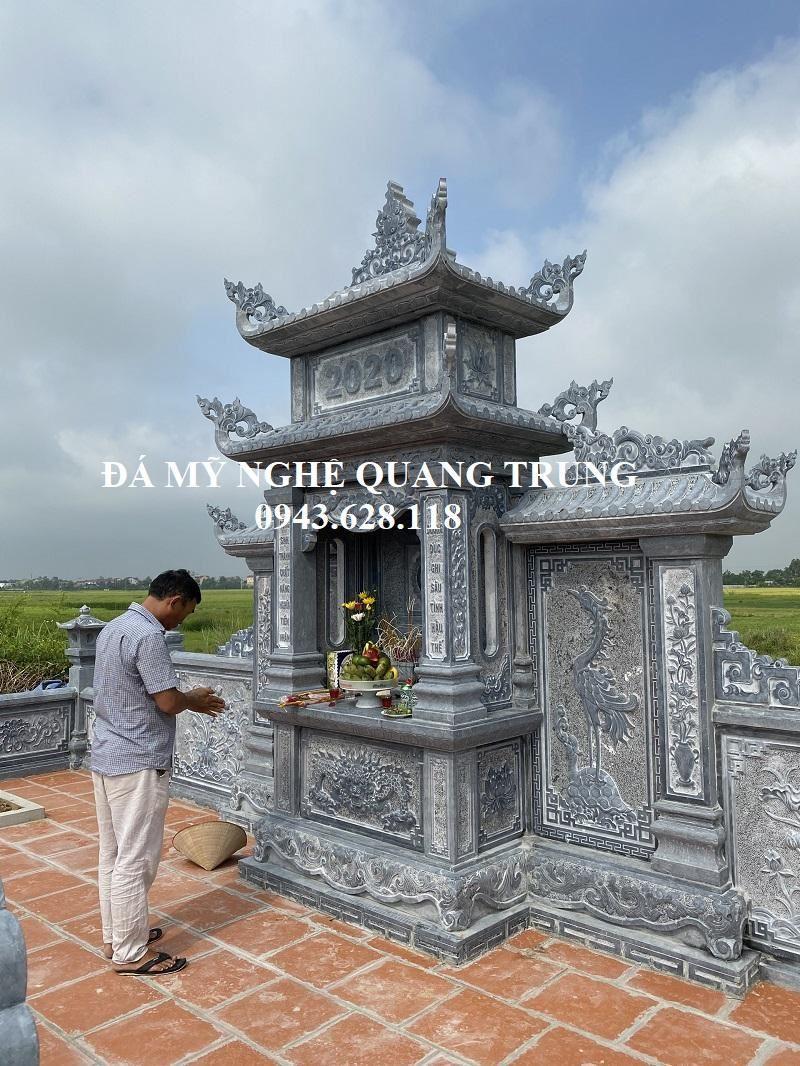 Gia chu la Chu Lam dang thap nhang cho ong ba