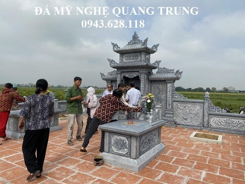 Toan the nguoi than trong gia dinh den Khu Lang Mo de thap huong cho Ong Ba